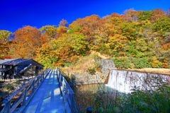著名Magoroku Onsen ryokan在秋天期间在秋田Nyuto Onsenkyo 免版税库存照片