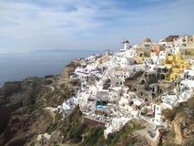 著名Oia村庄的激动人心的景色有希腊样式建筑学的在破火山口,希腊的圣托里尼海岛 库存照片