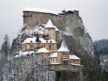 著名Orava城堡在冬天 免版税库存图片