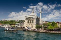 著名Ortakoy清真寺Ortakoy Camii和Bosphorus桥梁的看法 伊斯坦布尔 免版税图库摄影