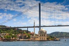 著名Ortakoy清真寺Ortakoy Camii和Bosphorus桥梁的看法 伊斯坦布尔 图库摄影