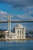 著名Ortakoy的Mecidiye清真寺 库存照片