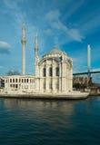 著名Ortakoy的Mecidiye清真寺 免版税库存图片