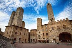 著名Piazza del Duomo全景在圣吉米尼亚诺,锡耶纳省,托斯卡纳,意大利 库存照片