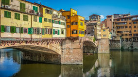 著名Ponte Vecchio和日落的亚诺河在佛罗伦萨,意大利 免版税库存照片
