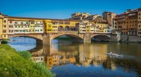 著名Ponte Vecchio和日落的亚诺河在佛罗伦萨,意大利 图库摄影