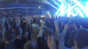著名popstar谈话与在音乐会期间的公众 鼓掌愉快的爱好者,摄制 股票录像