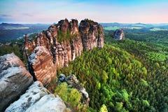 著名Schrammsteine和Lilienstein,在Elb砂岩山的全景视图,德国 库存照片
