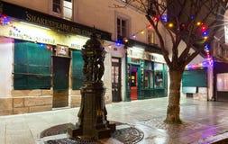 著名Shakespeare和Company书店在晚上,巴黎,法国 库存照片