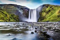 著名Skogafoss瀑布长的曝光在黄昏的冰岛 库存图片