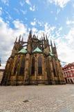 著名St Vitus大教堂布拉格,捷克 平衡晴朗 库存照片
