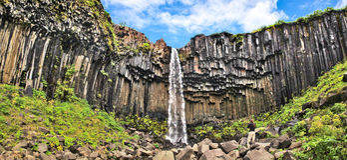 著名Svartifoss瀑布(黑秋天)在冰岛 免版税库存照片