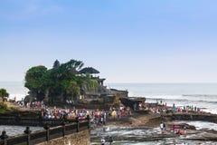 著名Tanah全部寺庙在有许多人民的巴厘岛印度尼西亚 免版税图库摄影