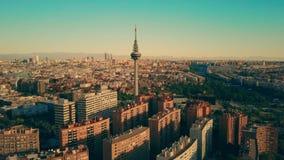 著名Torrespana电视塔,西班牙鸟瞰图在马德里都市风景内的 股票录像
