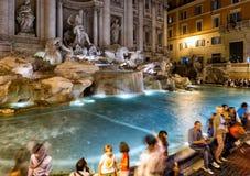 著名Trevi喷泉在晚上,罗马 库存图片
