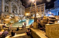 著名Trevi喷泉在晚上,罗马 免版税库存图片