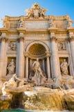 著名Trevi喷泉在罗马,意大利在一个晴天 库存照片