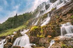 著名Tvindefossen瀑布在挪威 惊人和美好的v 免版税库存图片