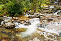 著名Tvindefossen瀑布在挪威 惊人和美好的v 图库摄影
