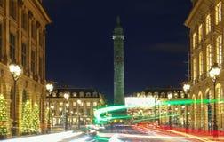 著名Vendome专栏在与红绿灯的晚上,巴黎 免版税库存图片