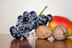 葡萄、核桃和梨 库存照片