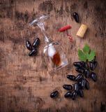 葡萄、红葡萄酒、玻璃、拔塞螺旋和黄柏 免版税库存图片