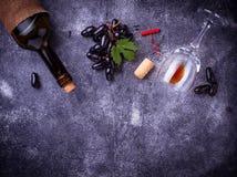 葡萄、红葡萄酒、玻璃、拔塞螺旋和黄柏 免版税图库摄影