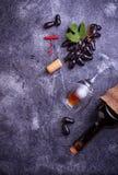 葡萄、红葡萄酒、玻璃、拔塞螺旋和黄柏 库存图片