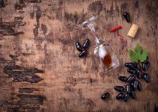 葡萄、红葡萄酒、玻璃、拔塞螺旋和黄柏 图库摄影