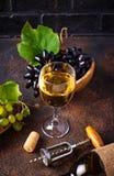 葡萄、酒和葡萄酒拔塞螺旋 库存照片