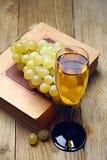 葡萄和一杯酒 免版税图库摄影