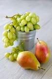 葡萄和梨 免版税库存照片