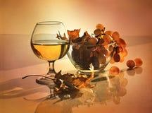葡萄和玻璃。 库存照片