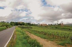葡萄园和小山概要与别墅在上面在托斯坎乡下 图库摄影