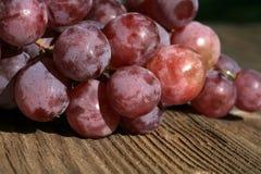 葡萄在一张木桌上的 图库摄影