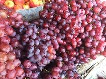 葡萄在市场上 库存照片