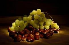 葡萄在栗子床上的  免版税库存图片
