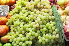 葡萄在水果市场上 库存图片