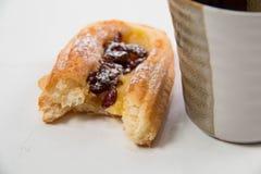 葡萄干丹麦鲜美pastronbn加奶咖啡杯子 图库摄影