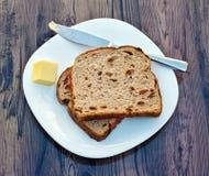 葡萄干多士和黄油 库存图片