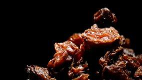 葡萄干或回旋在黑背景的葡萄干食物 影视素材