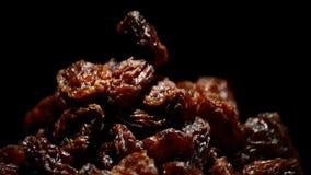 葡萄干或葡萄干回旋在黑背景的果子食物 影视素材