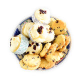 葡萄干曲奇饼和葡萄干松饼在盘 免版税库存照片