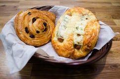 葡萄干面包和香肠面包 库存照片