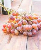 葡萄果子和酒瓶在木 免版税图库摄影
