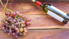 葡萄果子和酒瓶 免版税库存图片