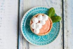 葡萄柚凝乳果子馅饼用在上面的蛋白甜饼 图库摄影