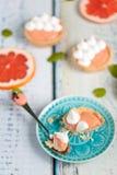 葡萄柚凝乳果子馅饼用在上面的蛋白甜饼 库存图片