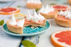 葡萄柚凝乳果子馅饼用在上面的蛋白甜饼 免版税库存图片