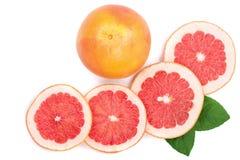 葡萄柚和切片与叶子在白色背景 顶视图 平的位置样式 库存照片